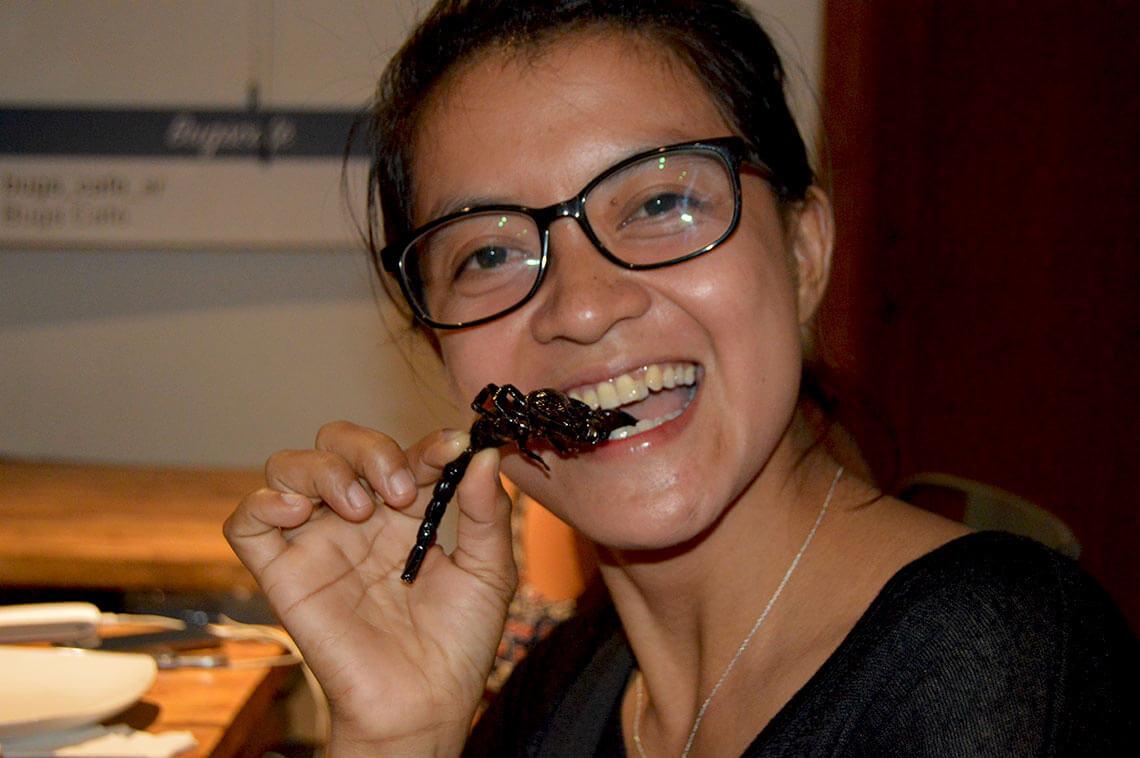 Bugs Cafe, Siem Reap - Seiyon mit einem Skorpion
