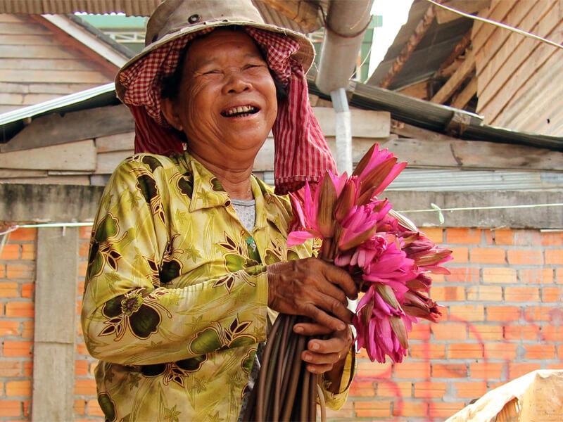 marktfrau-mit-lotusblumen