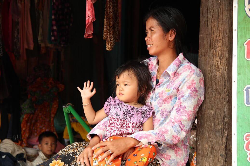 mother-daughter-tonle-sap-cambodia
