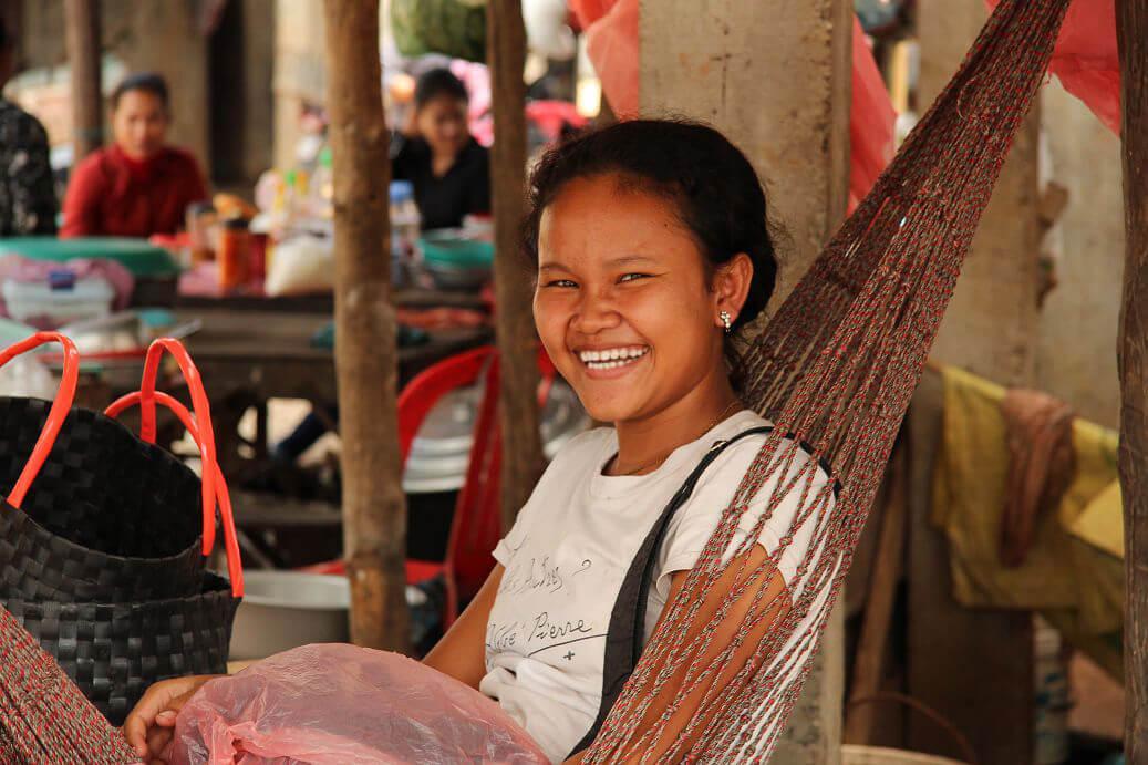 Teenager auf einem Markt in der Nähe von Tonle Sap