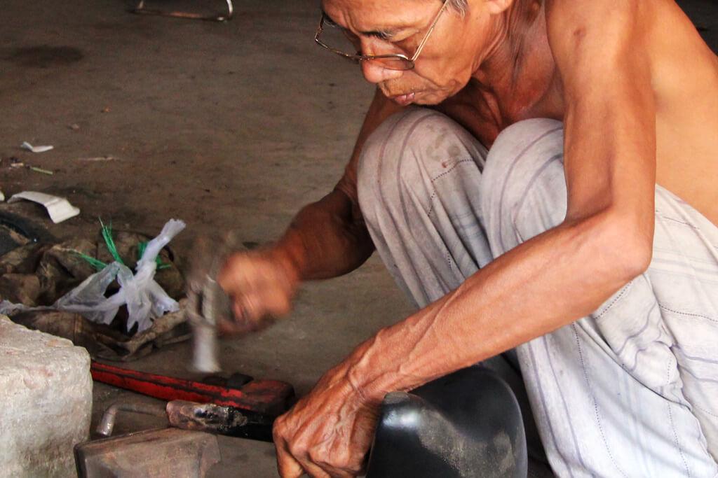 Kinder in Kambodscha: Der Vater arbeitet und sein Sohn macht es ihm nach.