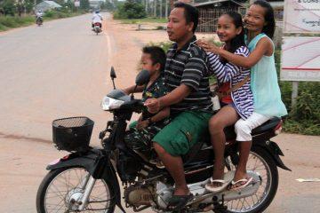 Ganze Familien fahren auf einem Motorrad mit