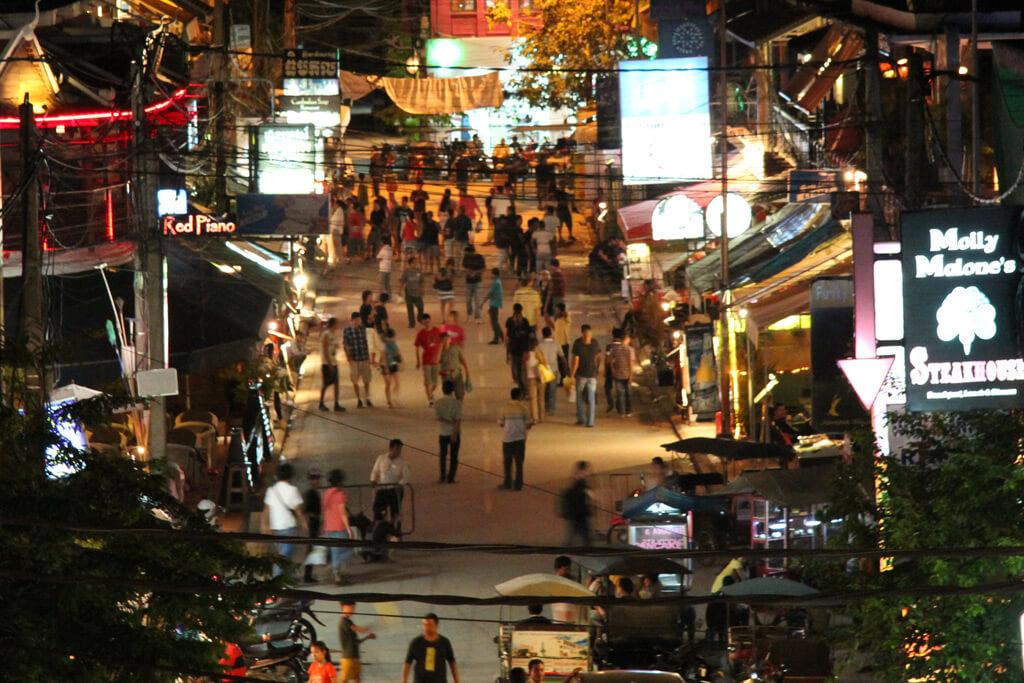 Blick auf die Pub Street in Siem Reap