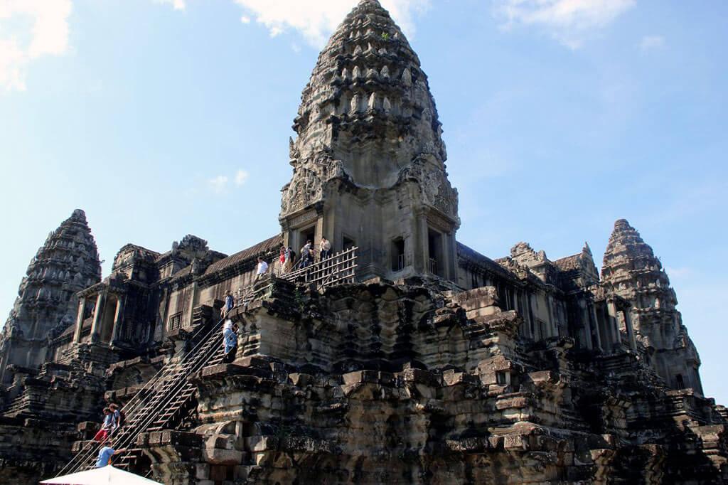 Steiler Aufstieg zu Angkor Wat