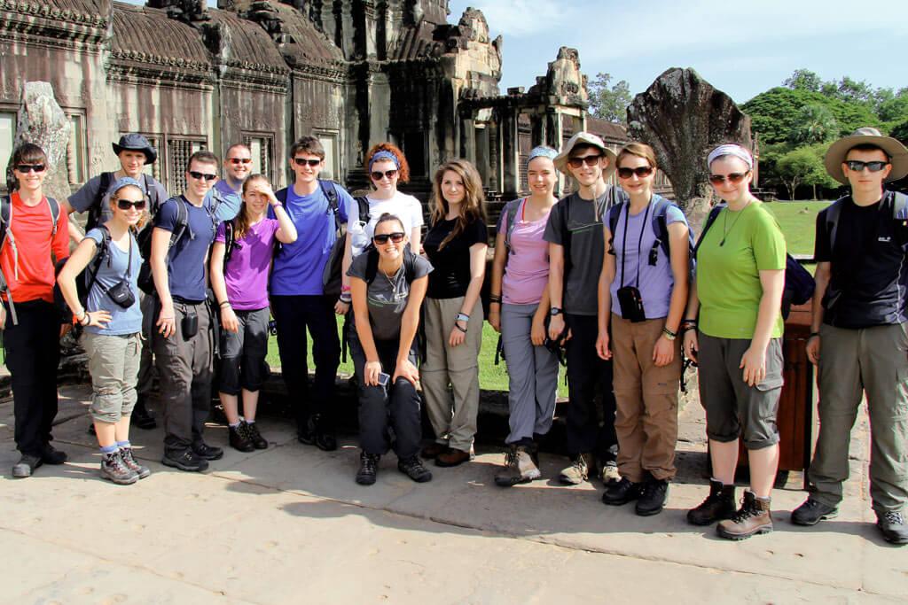 Korrekte Kleidung für einen Besuch der Tempelanlagen von Angkor