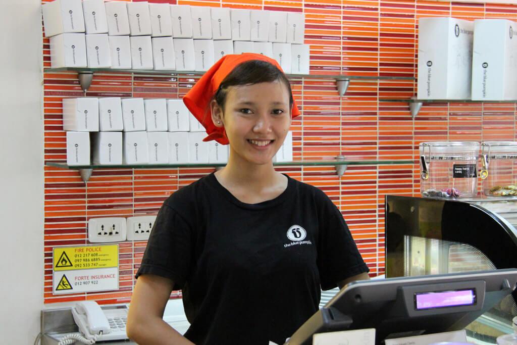 """Makara, Servicekraft im """"The Blue Pumpkin"""" in Siem Reap"""