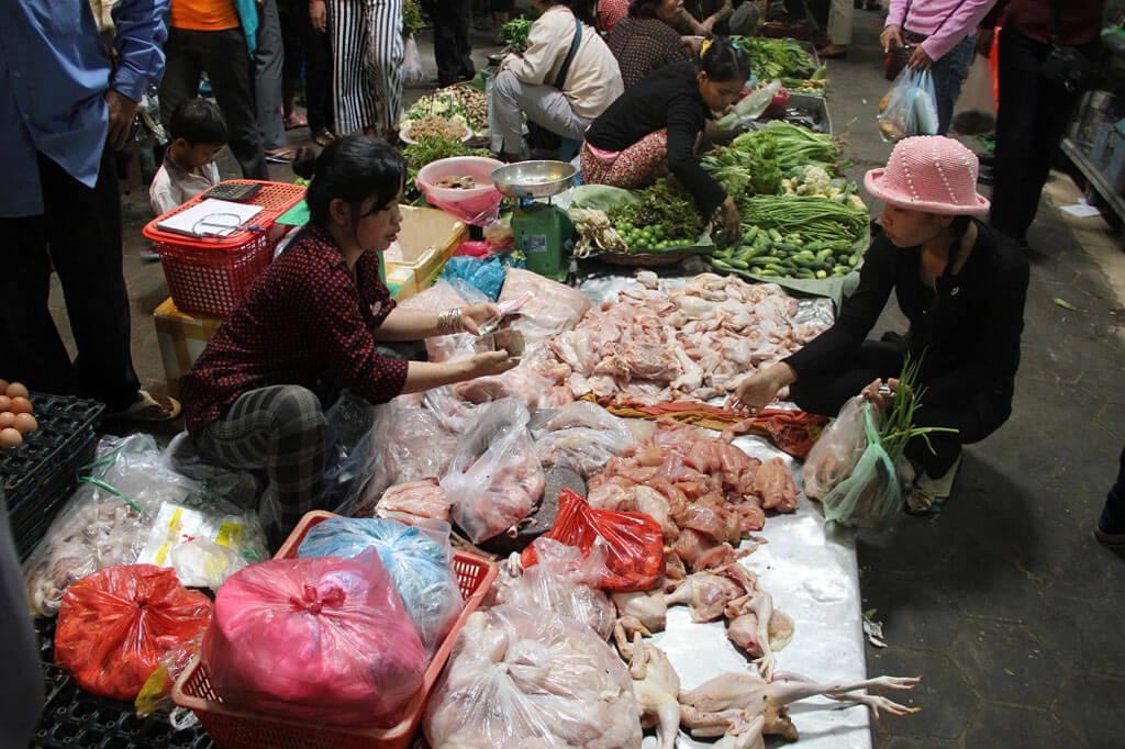 Old Market in Siem Reap: Hier wird frisches Hühnchen angeboten