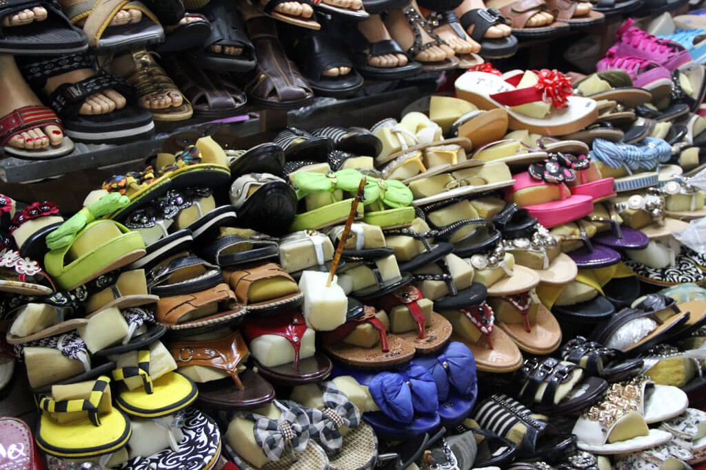 Auch bergeweise Schuhe gibt es im Old Market in Siem Reap