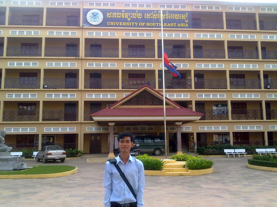 Ly Heng vor der South East Asia University Siem Reap (USEA)