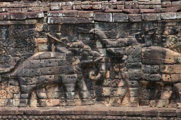 Löcher in der Terrasse der Elefanten für Sonnenschirme zum Schutz des Königs