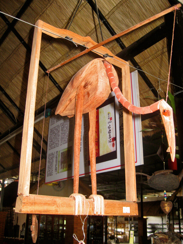 Ein Holzvogel als Marionette