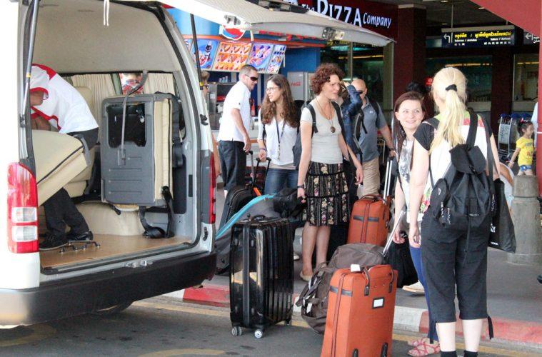 Ankunft am Flughafen in Phnom Penh und Weiterfahrt mit dem Kleinbus