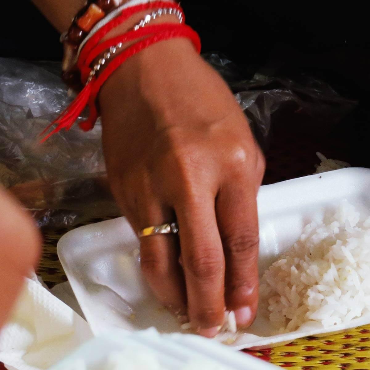 Manchmal wird in Kambodscha der Reise mit den Fingern gegessen