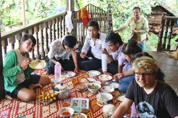 Gemeinsames Essen auf einer Terrasse | Kambodscha