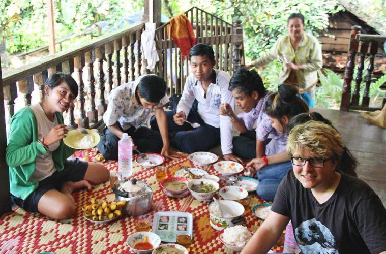 Gemeinsames Essen auf einer Terrasse   Kambodscha