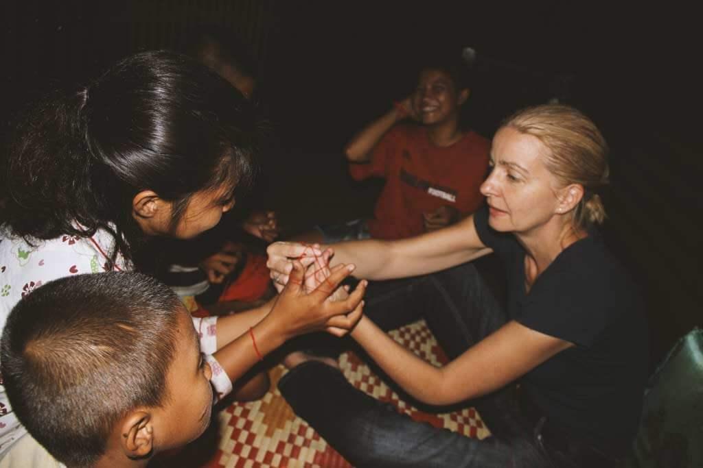 fadenspiel-kinder-kambodscha-ueberlegen