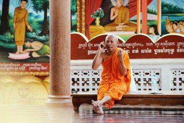 Telefonierender Mönch in Siem Reap, Kambdodscha