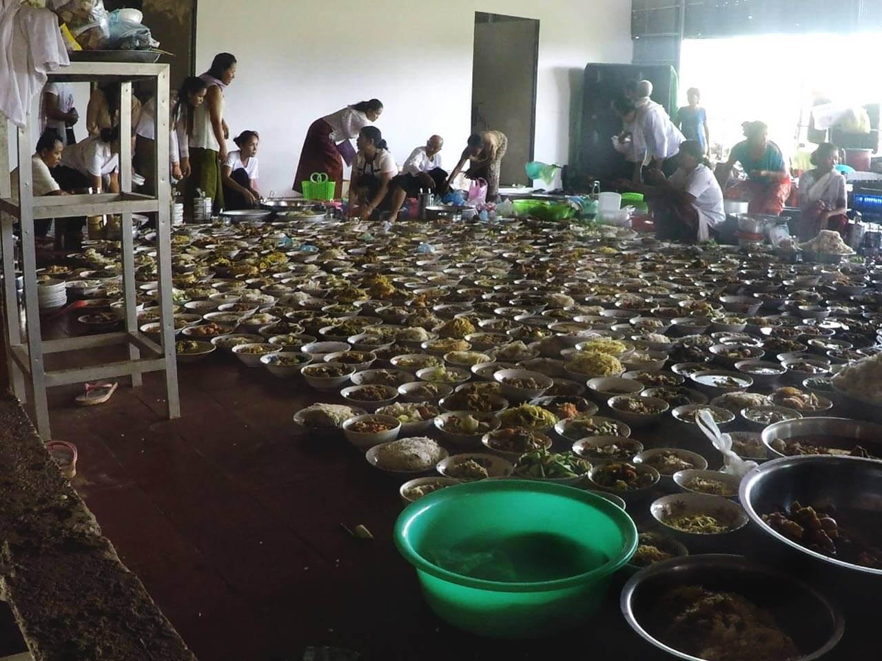 Pchum Ben Fest in einer kambodschanischen Pagode und Essen in Schalen auf dem Boden