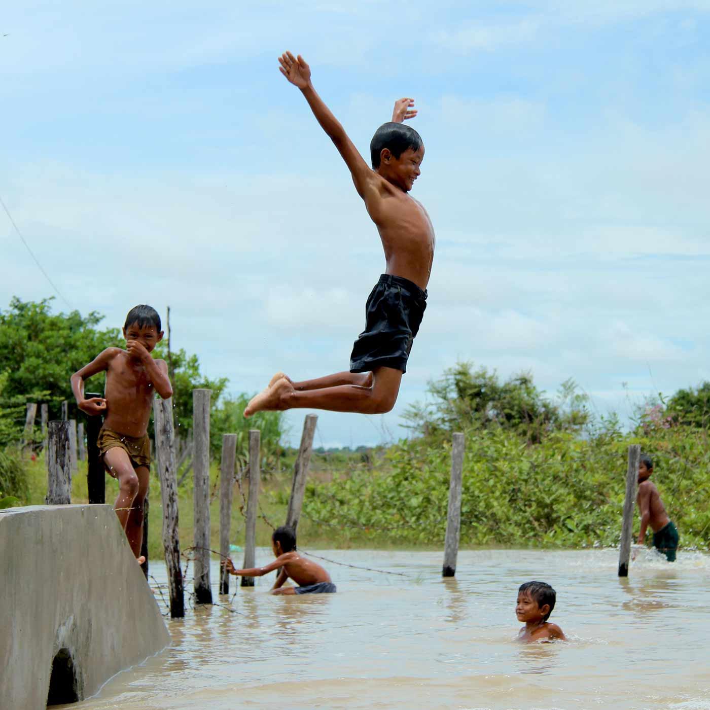 Kinder haben Spaß im Wasser in Siem Reap