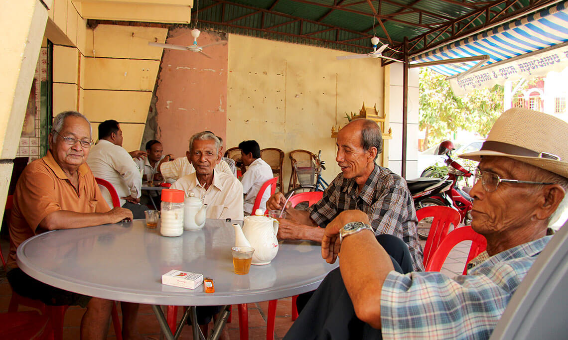 Männerrunde in einem Lokal in Siem Reap