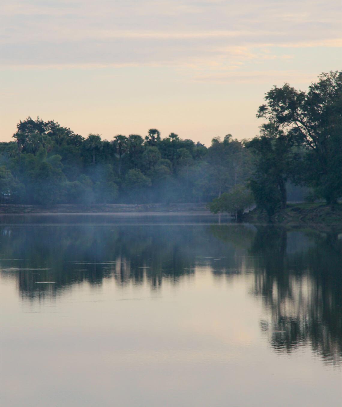 Morgendämmerung am Wassergraben Angkor Wat