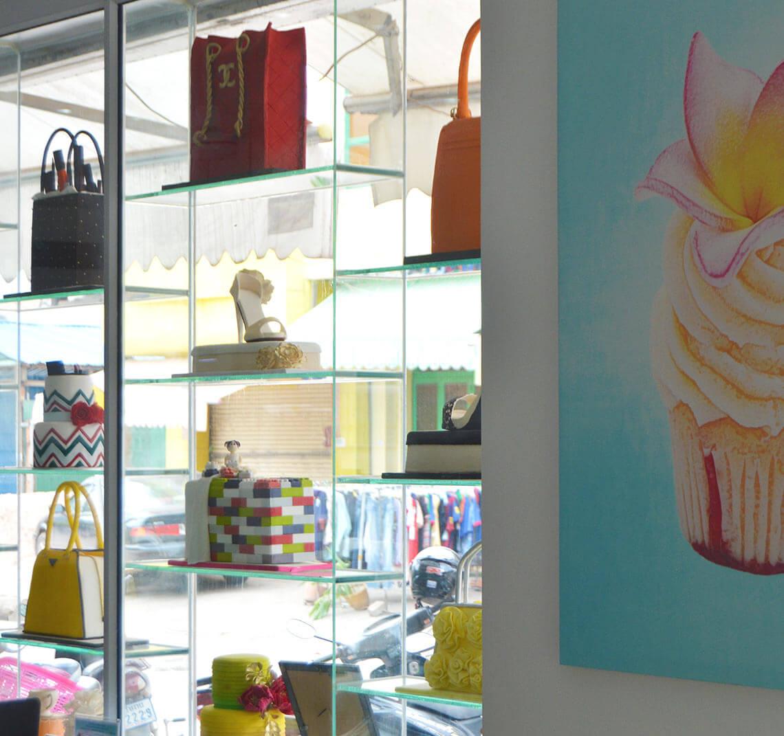 Schaufenster mit Kuchen im Bloom Cafe Siem Reap