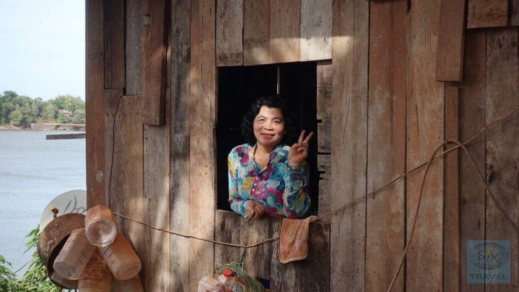 Grüßende Frau in Kambodscha
