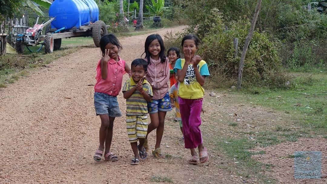 Neugierige Kinder am Wegesrand in Kambodscha 2