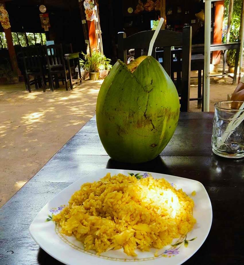 Ananas mit Reis und einer Kokosnuss im Chita's Restaurant im Angkor Park