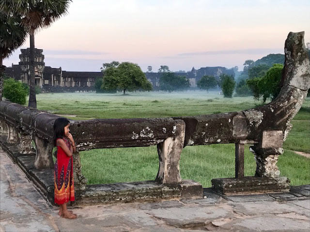 Angkor Wat - Mädchen am Westeingang