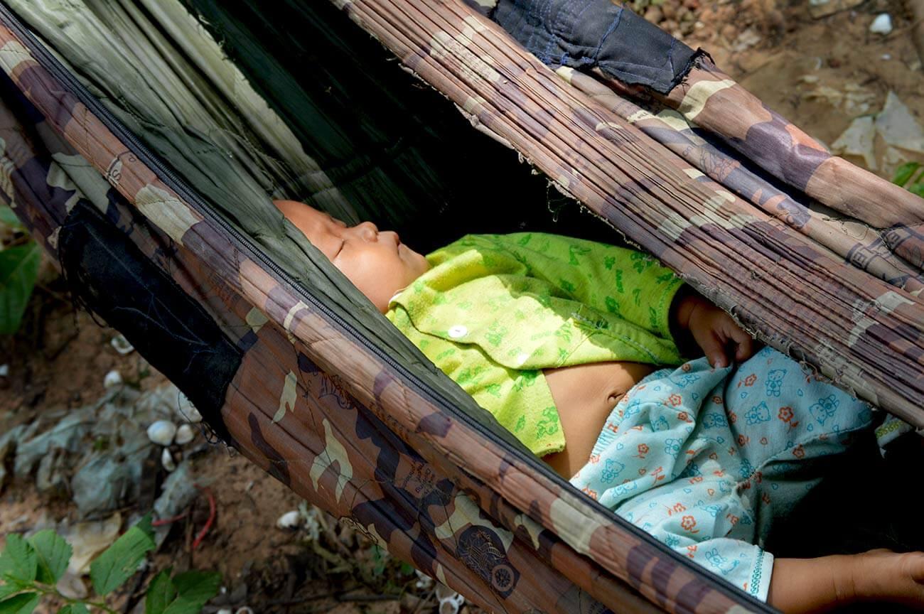 Das kleine Baby schläft friedlich in der Hängematte vor dem Ta Prohm Angkor Tempel