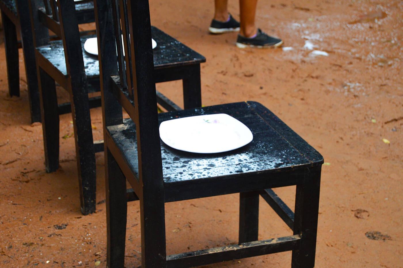 Münzen fangen auf einem Stuhl mit Babypuder