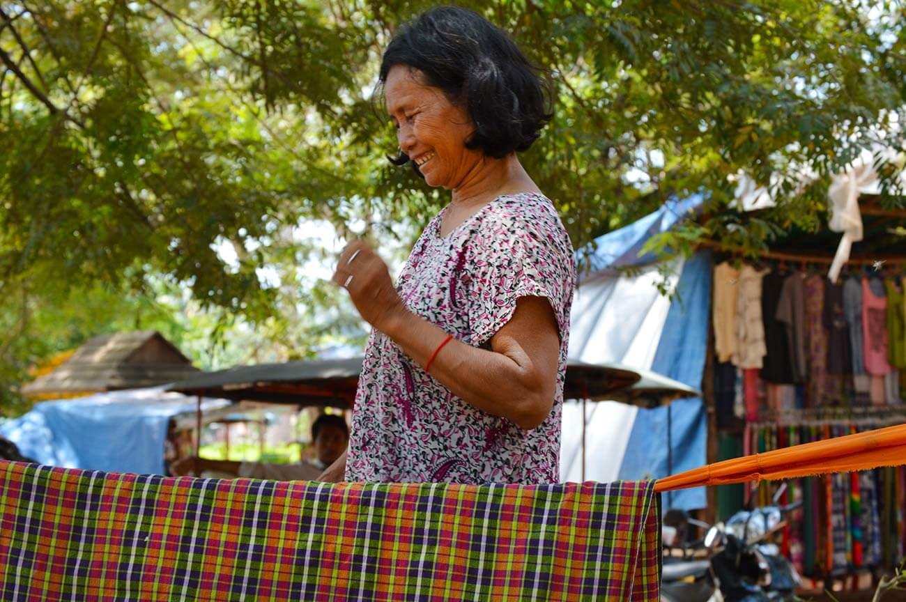 Glückliche Großmutter am Ta Prohm Tempel - sie schaukelt ihren Enkel in einer Hängematte