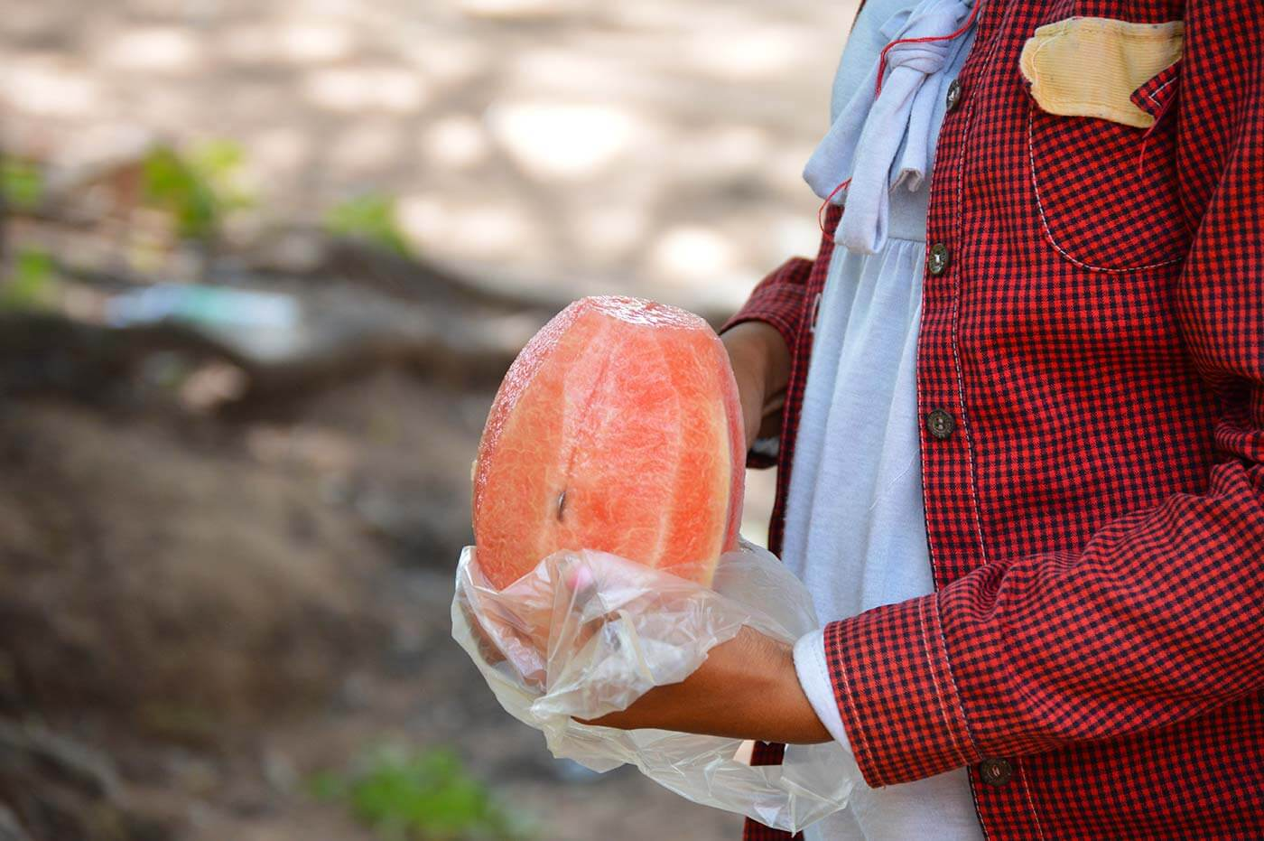 Schneiden einer Wassermelone am Ta Prohm Tempel