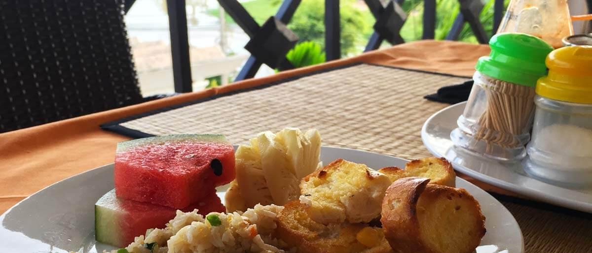 Frühstück auf der Terrasse im Siem Reap Riverside Hotel