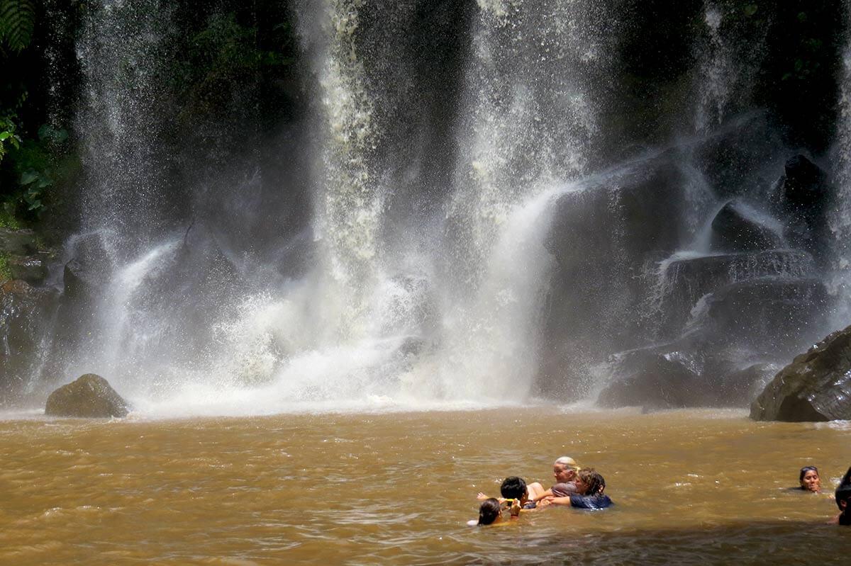 Baden am Wasserfall auf der Hochebene Phnom Kulen