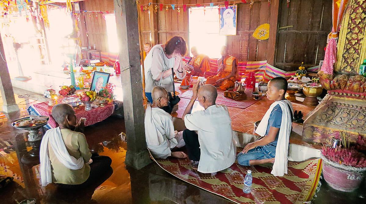 Pchum Ben | Meine Freundin Plony gibt armen Witwen etwas Geld