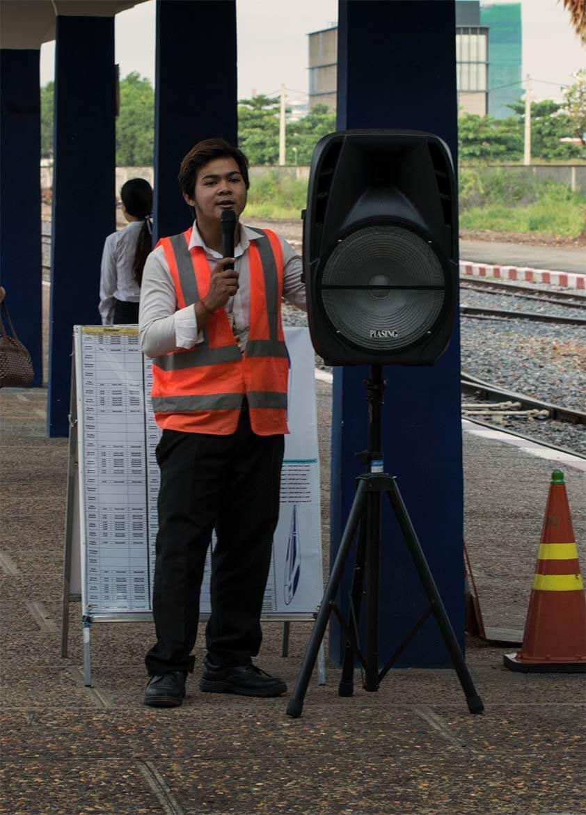 Bahnhof Phnom Penh - Mitarbeiter kündigt den Einstieg an