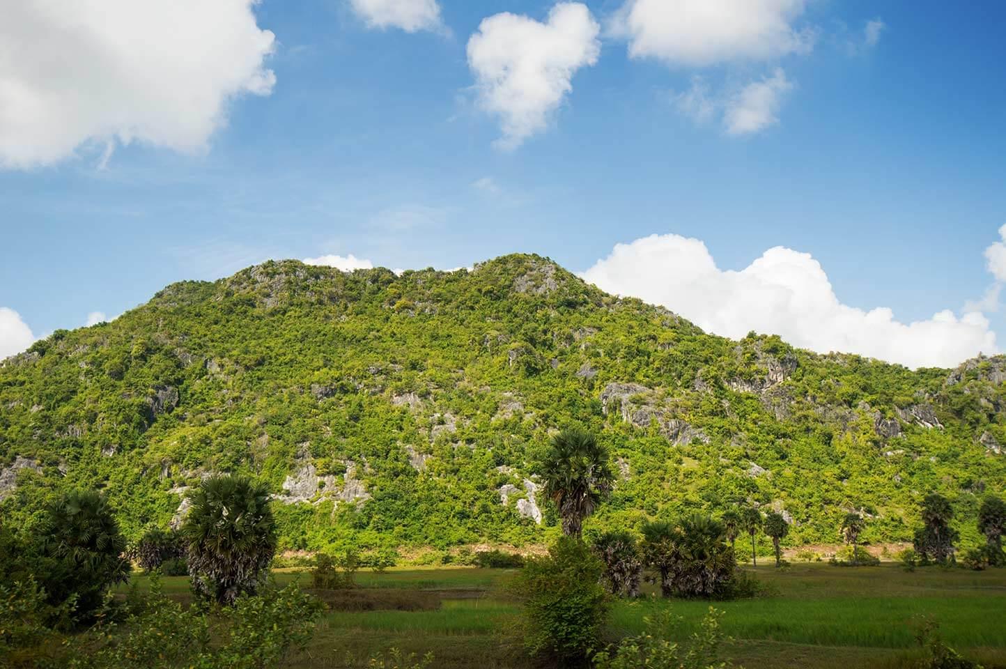 Gebirge säumen die Bahnlinie auf dem Weg nach Kampot