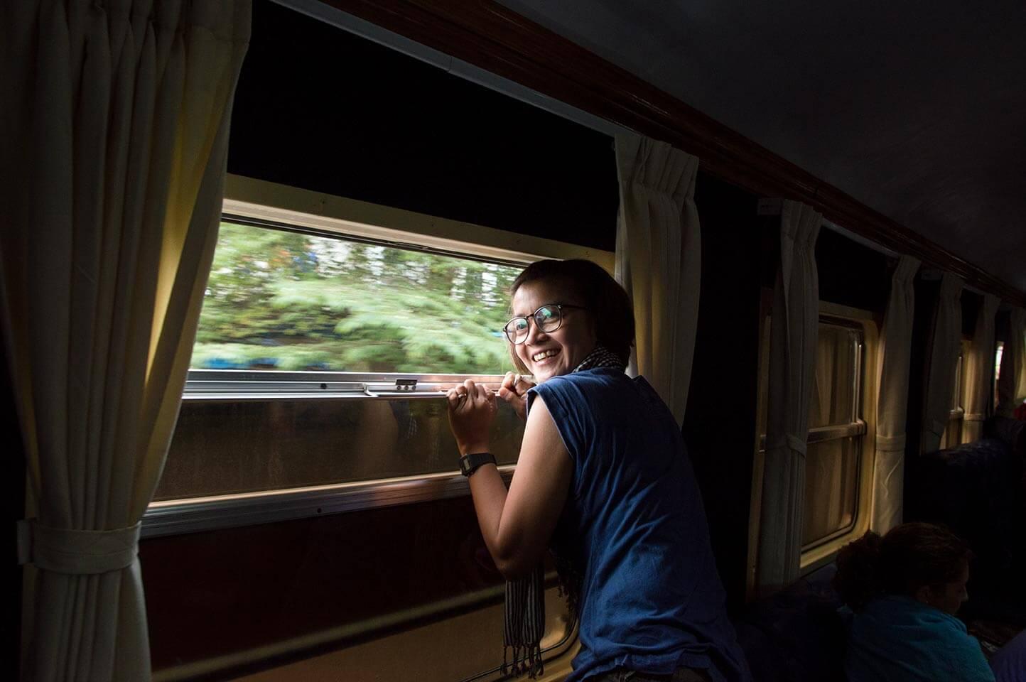 Seiyon am offenen Zugfenster im Zug von Phnom Penh nach Kampot