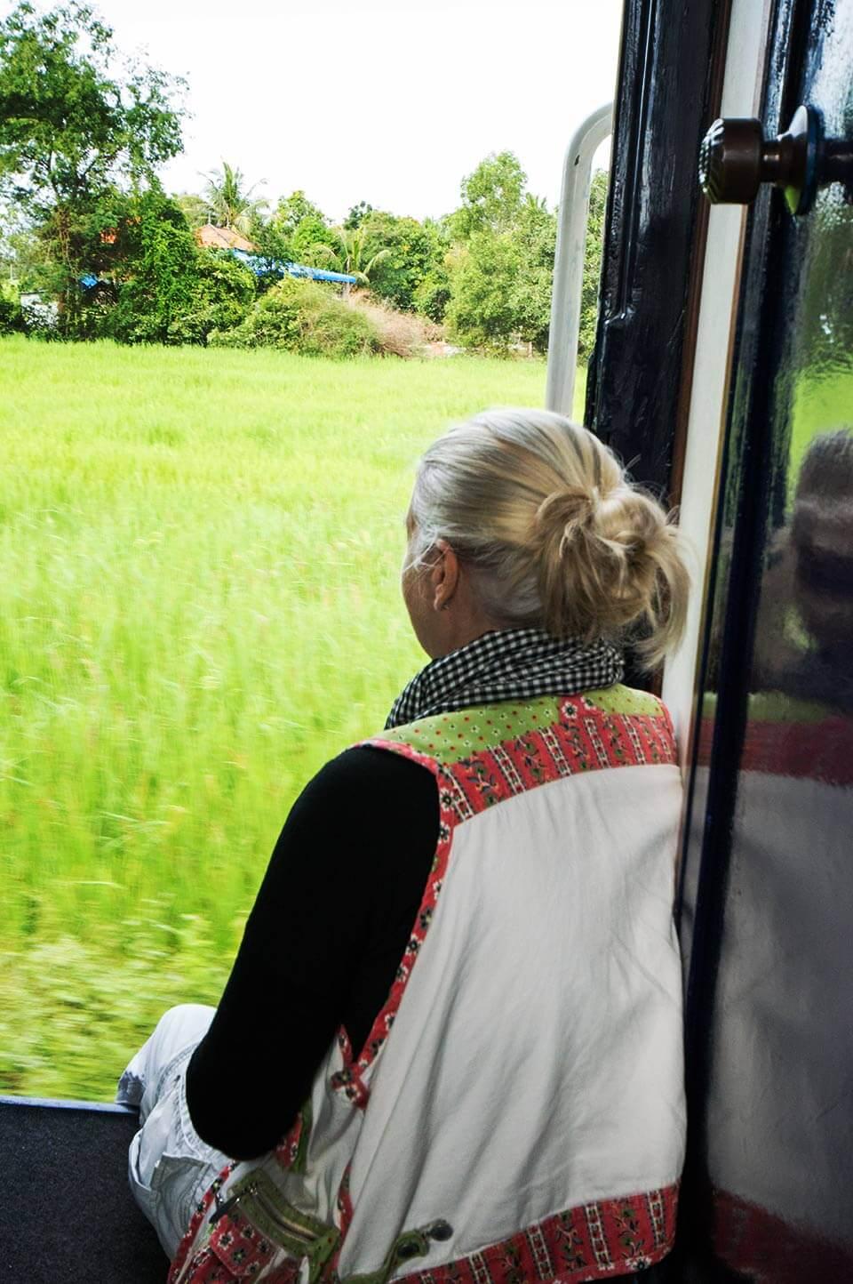 Passagiere in der offenen Tür im Zug in Kambodscha