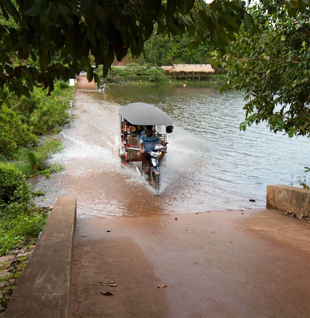 Mit dem Tuk Tuk über einen Damm am Secret Lake, Kampot - Kambodscha