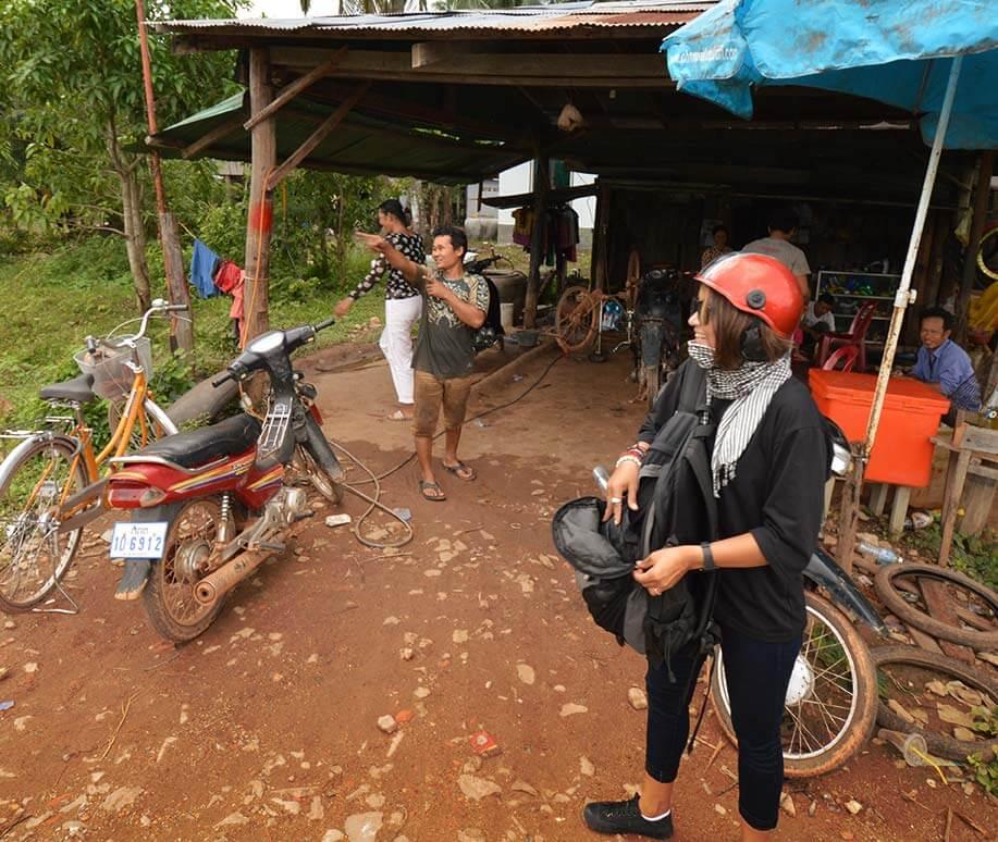 Seiyon fragt Kambodschaner nach dem Weg zum Secret Lake