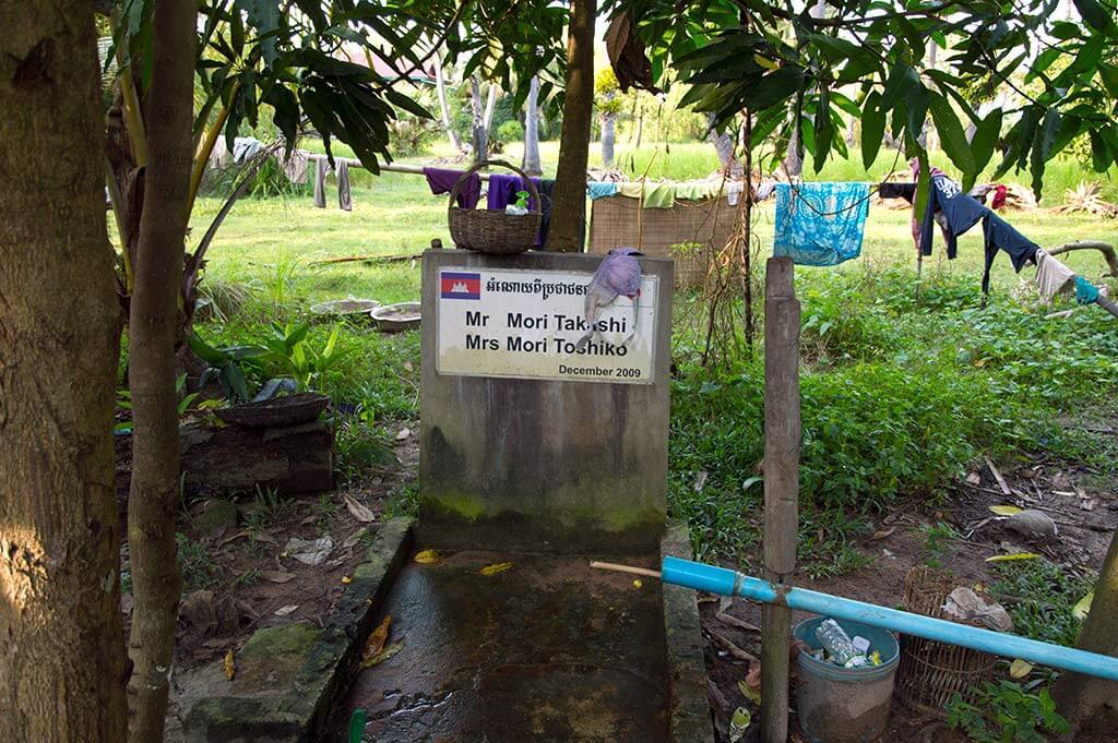 Spendernamen an einem Brunnen in Kambodscha