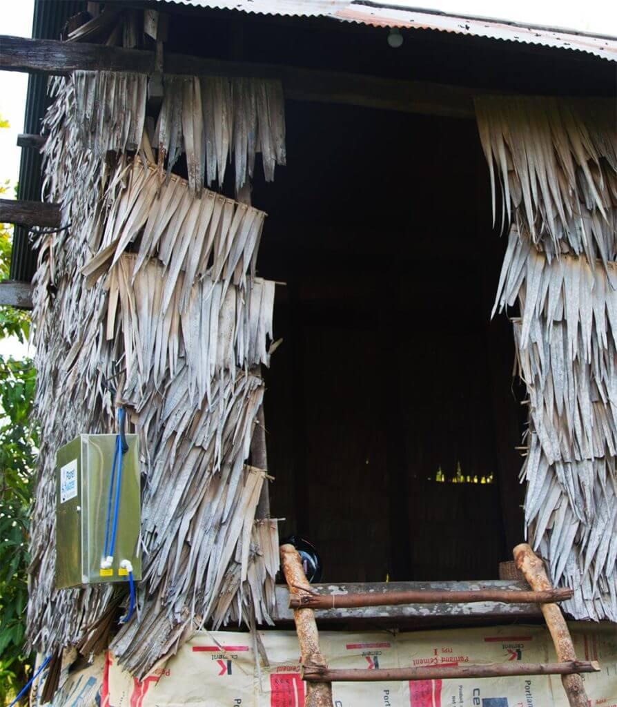 Hütte mit Wasserversorgung für ein Baby in der Leang Dai Community, Kambodscha