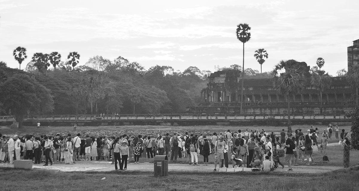 Der nördliche Seerosenteich mit Touristen zum Fotografieren der Kulisse von Angkor Wat
