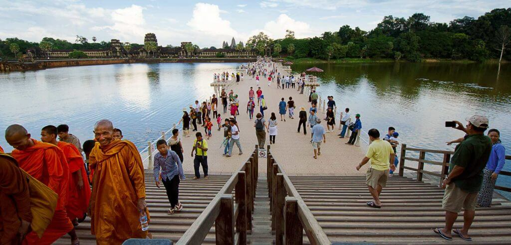 Angkor Wat - schwimmende Brücke am Haupteingang im Westen