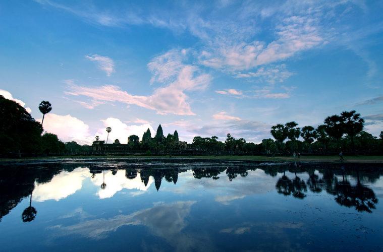 Angkor Wat mit Seerosenteich in der Abendstimmung