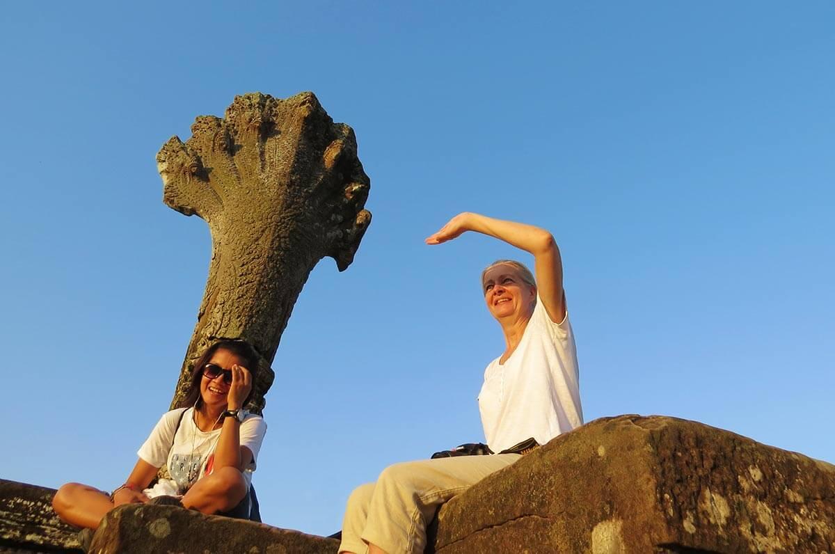 Naga Schlange am Steinweg nach Angkor Wat, Seiyon und Inga ruhen sich aus