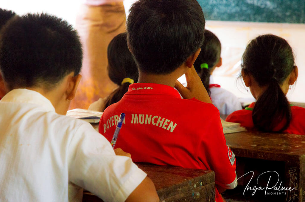 Junge mit Bayern München T-Shirt in einer Schule in Siem Reap